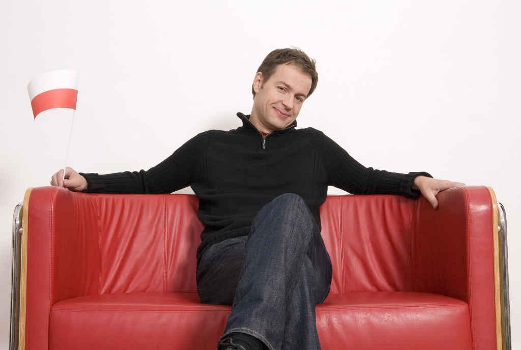 Kabarettist Steffen Möller auf einer roten Couch