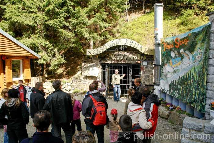 Eingang zur Zecke R 5 in Schmiedeberg (Kowary) im Riesengebirge in Polen
