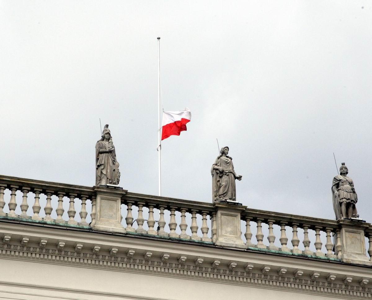 Polnische Flagge auf Halbmast