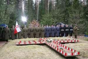Polnische Soldaten gedenken ihrer in Katyn ermordeter Kameraden