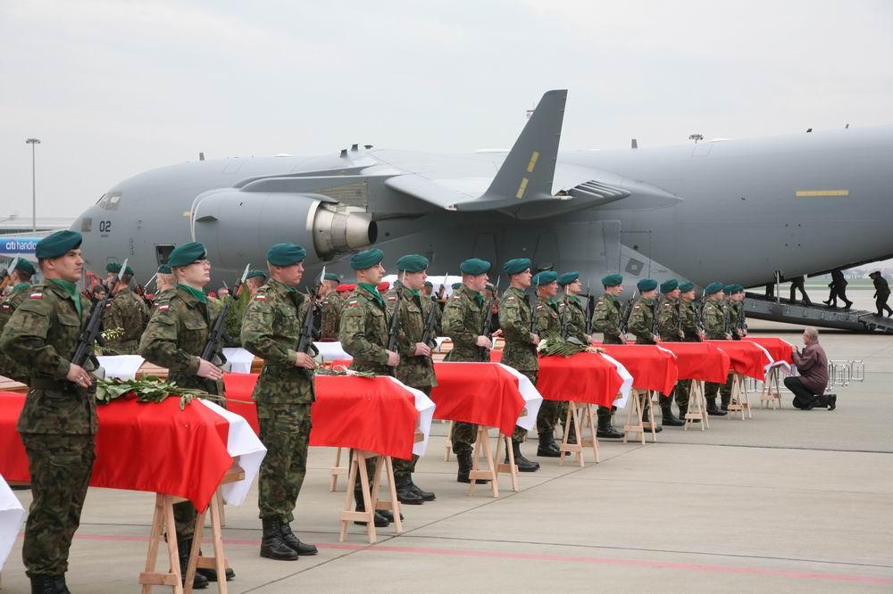 Soldaten stehen neben Särgen