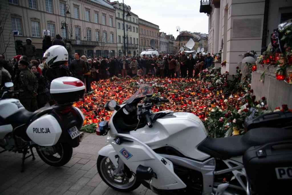 Trauernde Menschen in Warschau