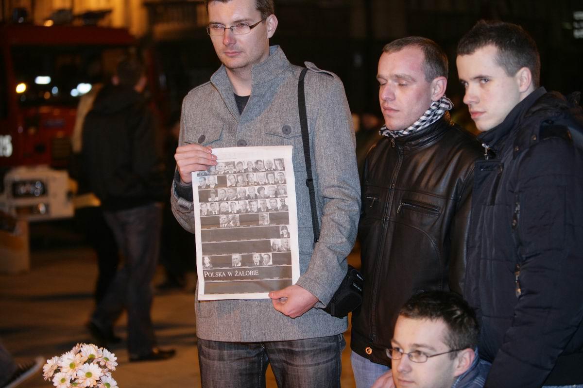 Vier trauernde Männer in Warschau