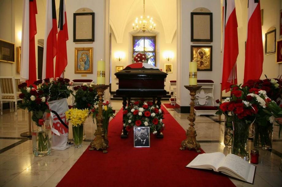 Der Sarg mit den sterblichen Überresten des ehemaligen polnischen Präsidenten Lech Kaczyński