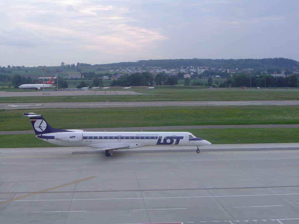 LOT-Flugzeug auf einem Flugfeld