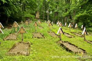 Namenlose Gräber auf einem Soldatenfriedhof in der Nähe von Gorlice