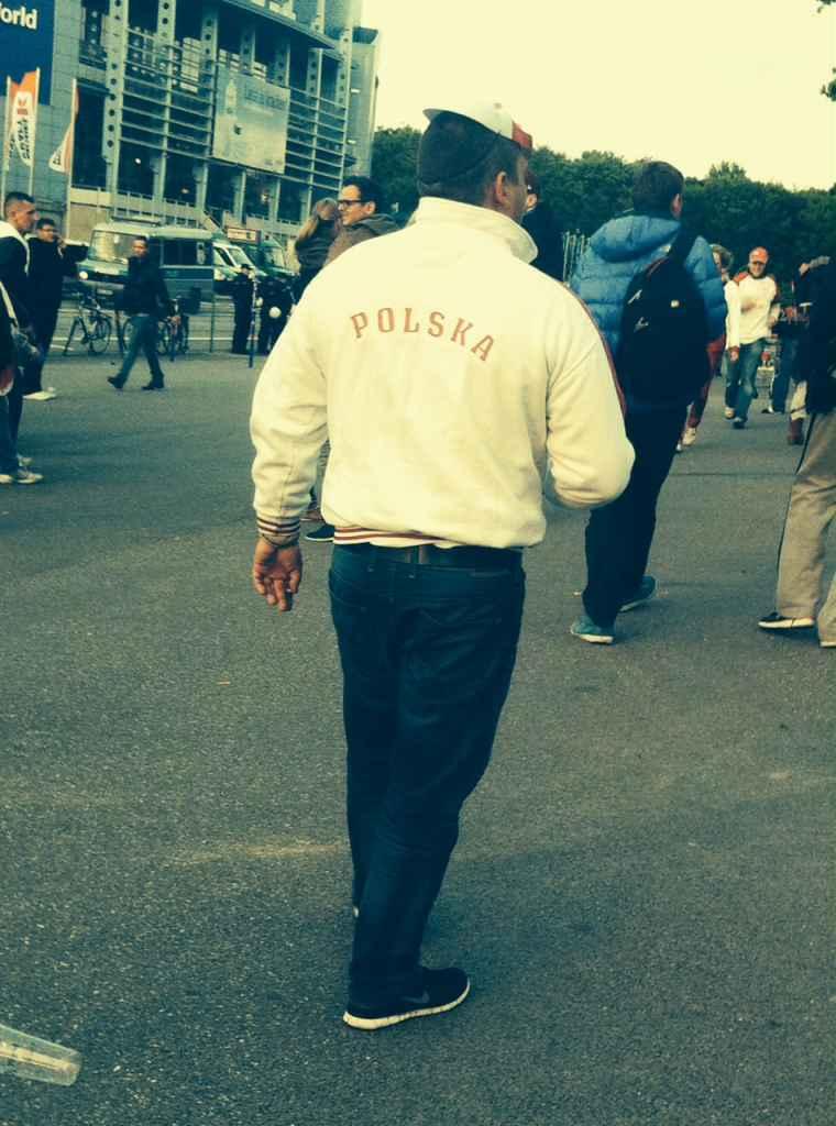Polnischer Fußballfan mit dem Schriftzug POLSKA auf seiner Jacke