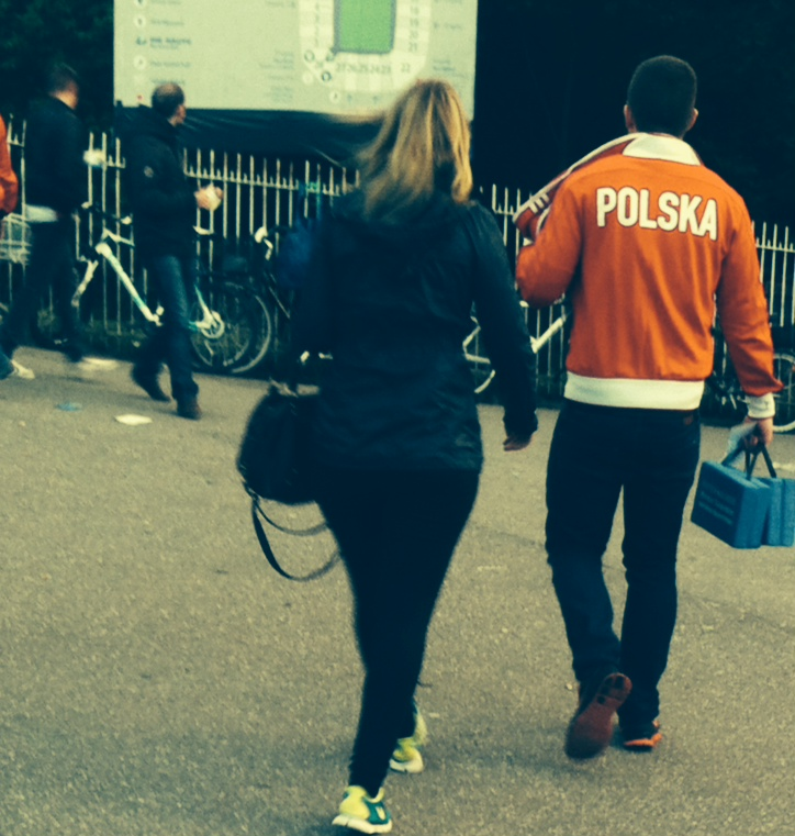 Polnischer Fußballfan mit Aufschrift POLSKA auf der Jacke