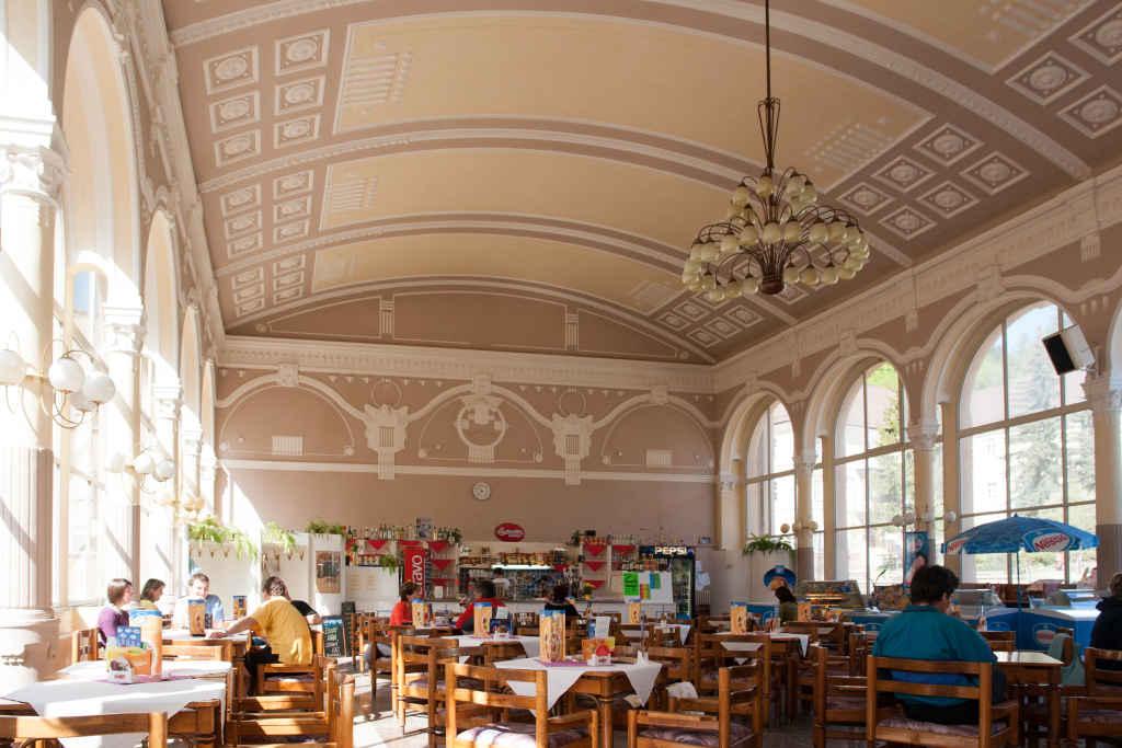 Café in der Kurkolonnade in Johannesbad (Janské Lázně)