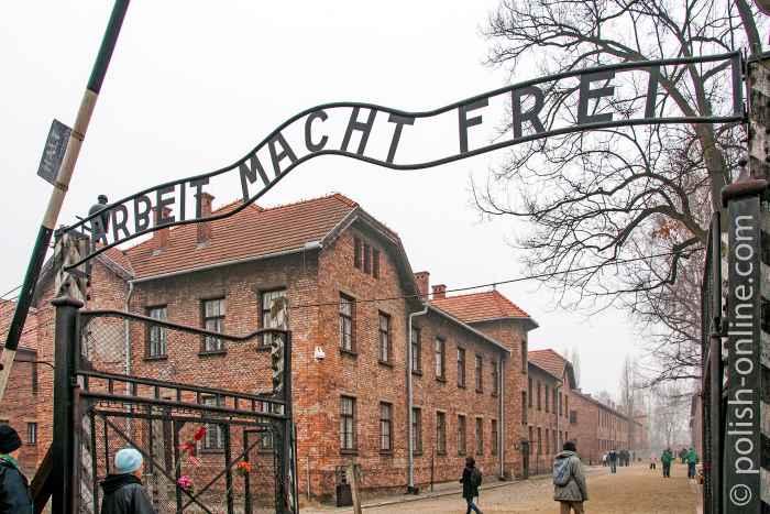 """Durchgangstor mit Schriftzug """"Arbeit macht frei"""" im KZ Auschwitz"""