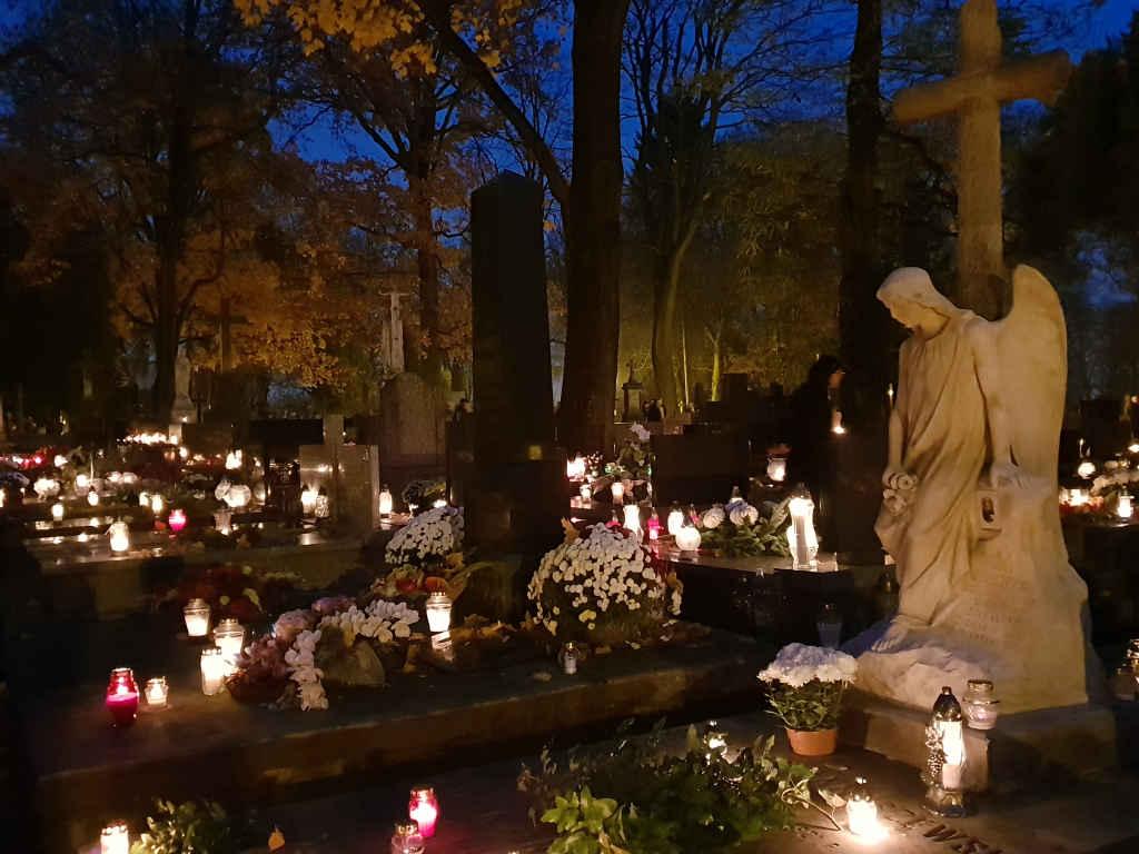 Kerzenmeer auf einem Friedhof in Lublin