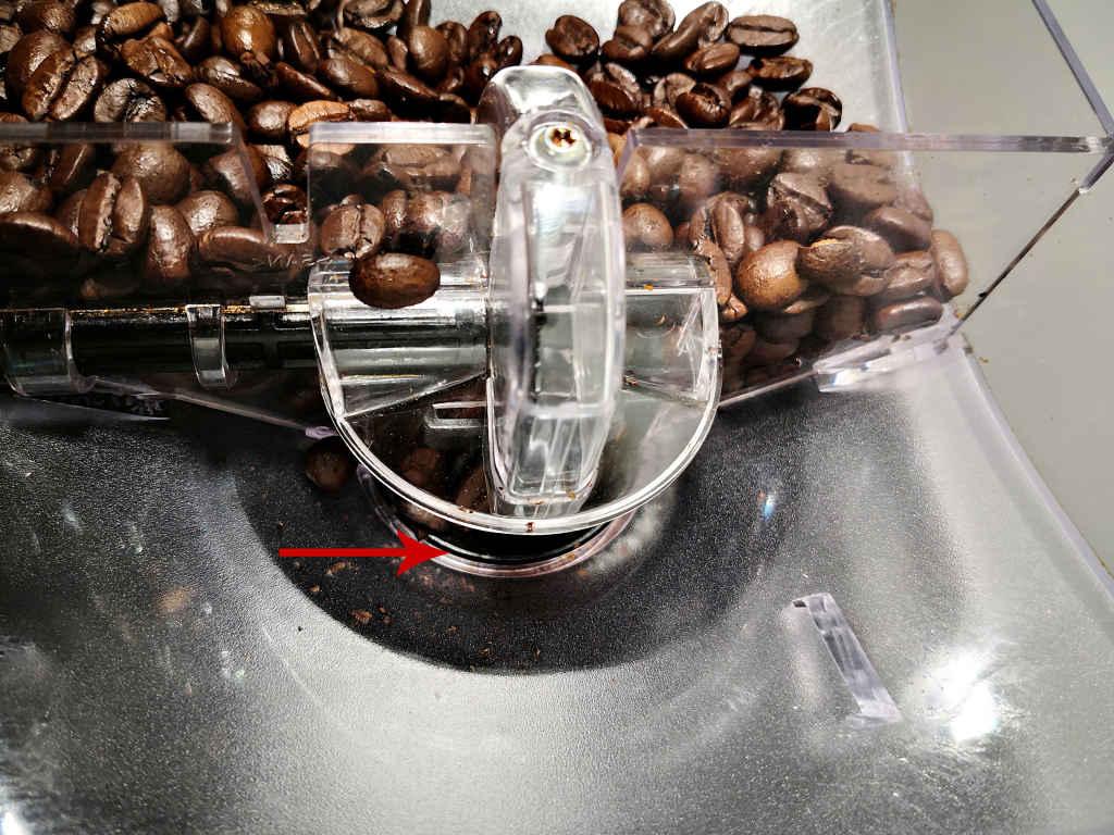 Schieber im geöffneten Bohnenbehälter eines Kaffeevollautomaten Melitta Caffeo CI