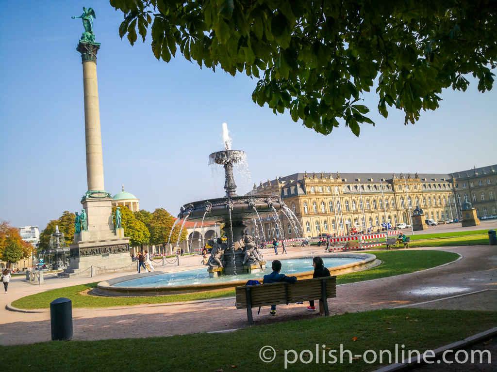 Schlossplatz in Stuttgart bei Sonnenschein