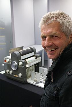 Roland Jahn vor einer DDR-Druckmaschine