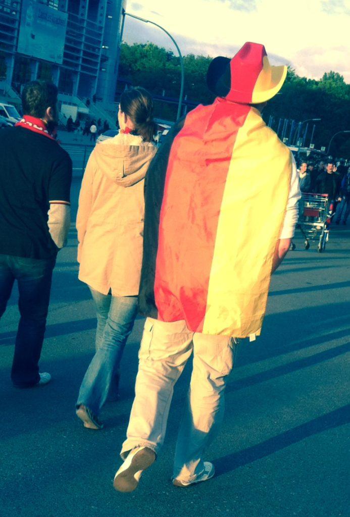 Deutscher Fußballfan in Hamburg mit deutscher Flagge