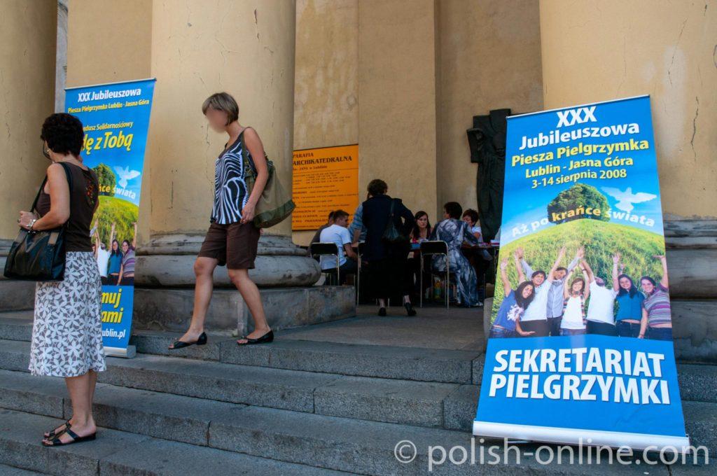 Werbeplakate für Pilgerfahrt nach Tschenstochau vor dem Dom in Lublin