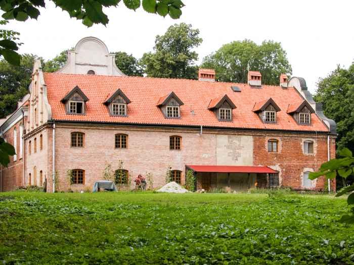 Restauriertes Kloster in Cadinen (Kadyny)