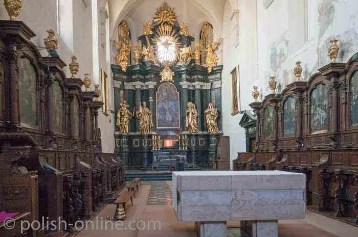 Chorraum der Klosterkirche mit Altar und Chorgestühl