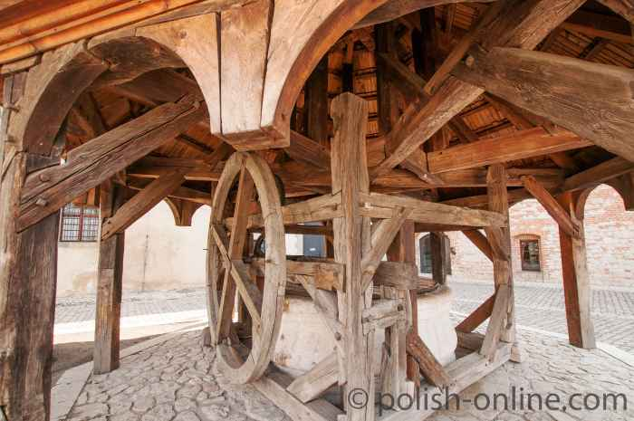 Ziehbrunnen im Hof des Benediktinerklosters Tyniec