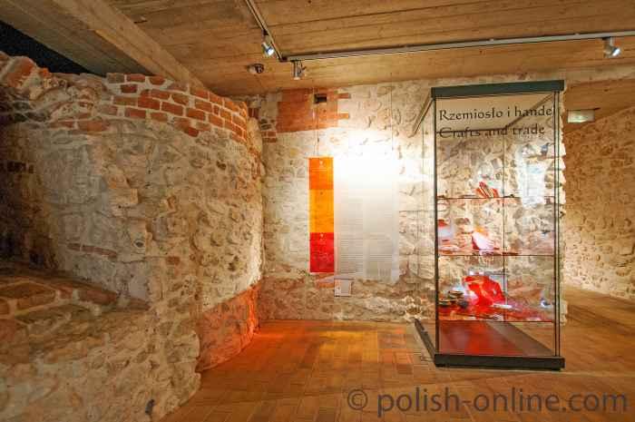 Vitrine mit Artefakten im Klostermuseum Tyniec