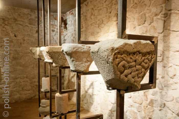 Kapitelle im Klostermuseum Tyniec