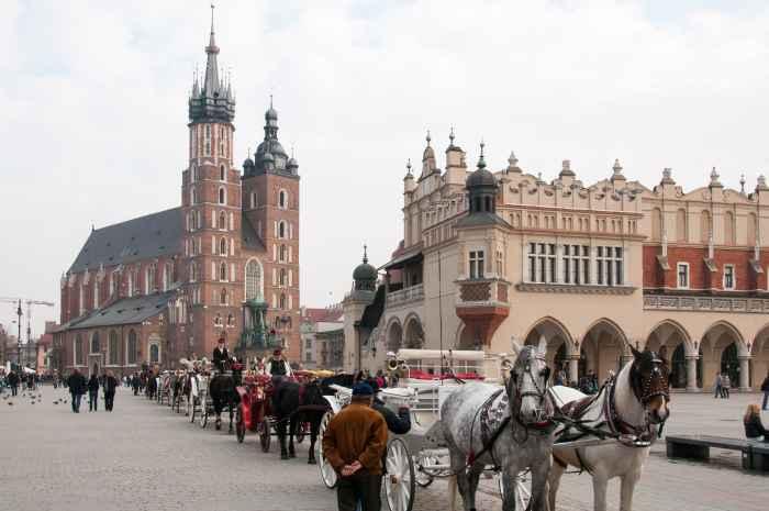 Pferdekutschen auf dem Markt von Krakau (Kraków)