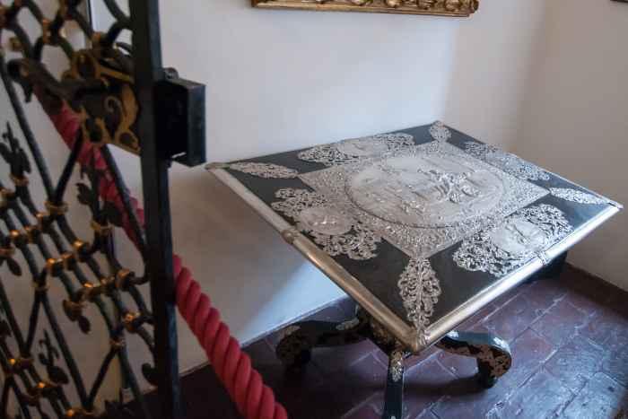 Silberbeschlagener Tisch