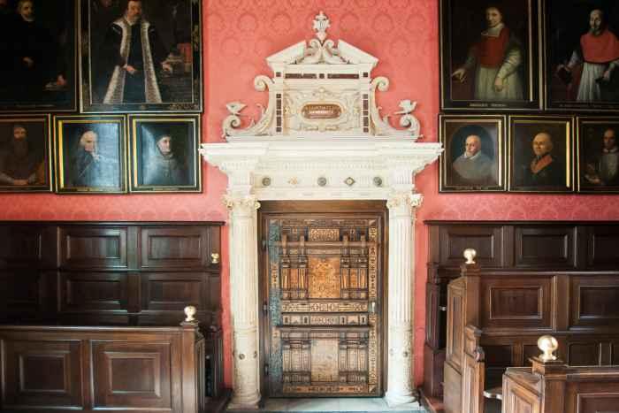 Steinernes Portal in der Aula der Universität Krakau (Kraków)