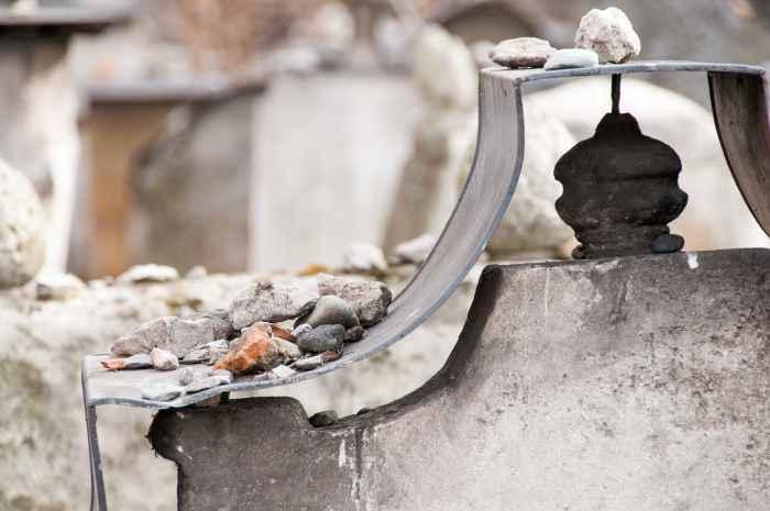 Steine auf einem jüdischen Grab in Krakau