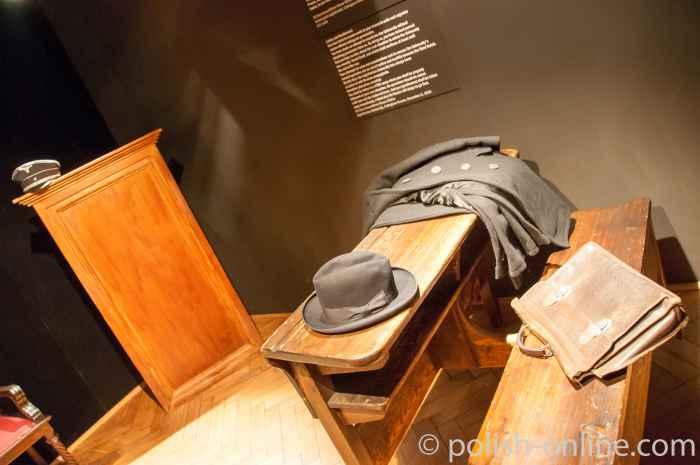 Schulbänke im Museum Fabrik Oskar Schindler