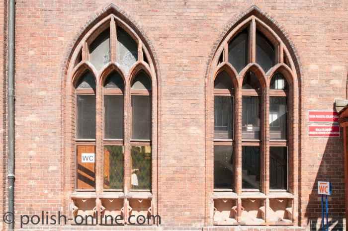 Fenster des neogotischen Rathauses in Kolberg