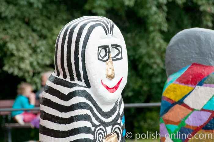 Nachbildungen von heidnischen Kultfigurenin der Innenstadt von Allenstein.