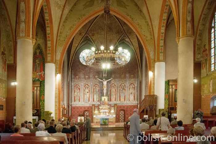 Besucher eines Gottesdienstes in der Garnisonskirche in Allenstein (Olsztyn)