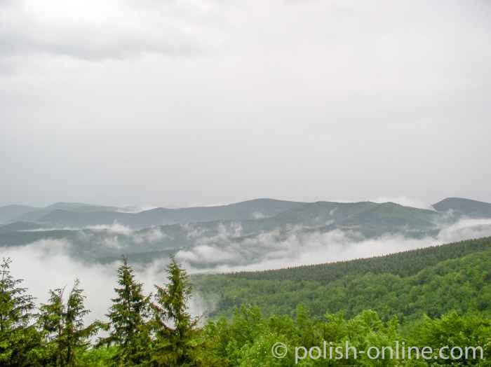 Nebelschwaden über den Beskiden im Süden Polens