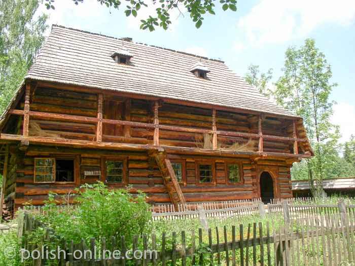 Bauernhaus aus Holzbalken im Freilichtmuseum von Zubrzyca Beskiden