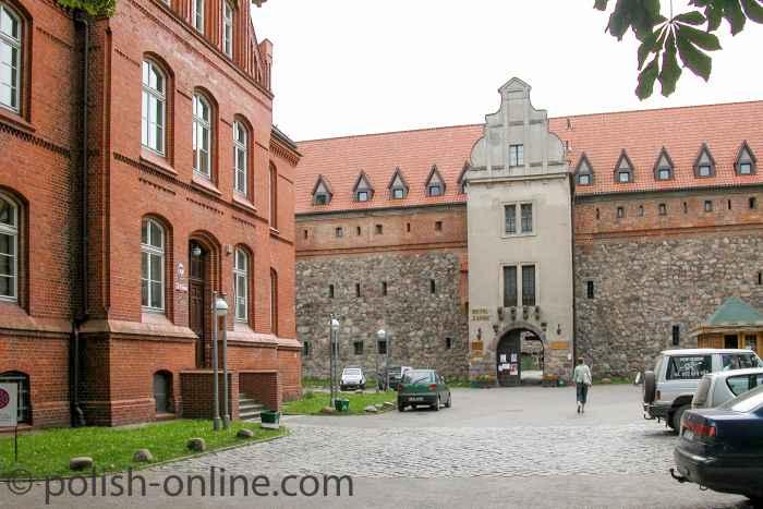 Gerichtsgebäude vor der Burg in Bütow