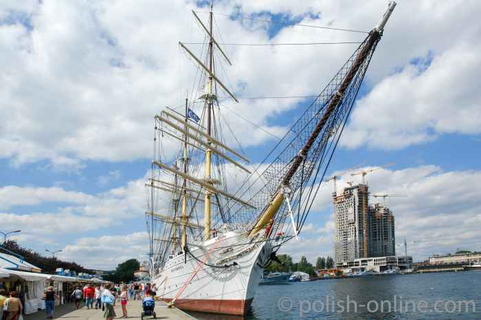 Segelschulschiff Dar Pomorza liegt verteut an der Südmole in Gdingen (Gdynia)