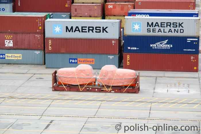 Rettungsboote im Containerhafen