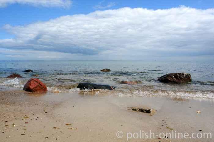 Steine im flachen Wasser der Ostsee