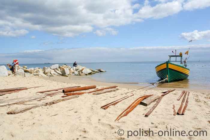 Fischerboot am Strand von Orłowo