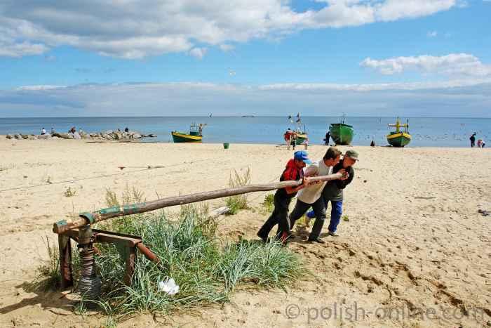 Fischer ziehen ihr Boot an den Strand