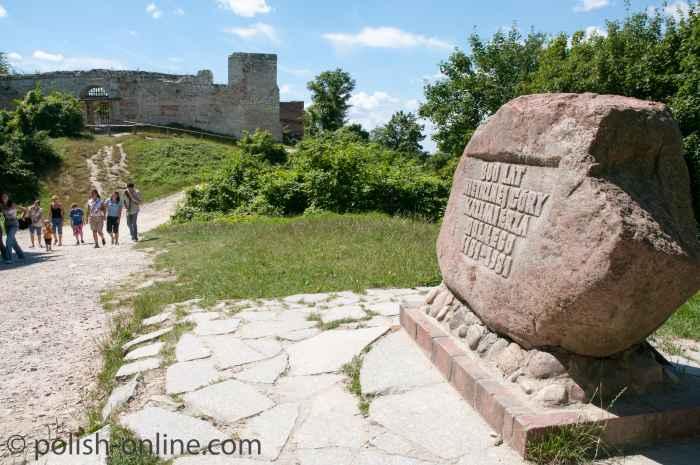 Gedenkstein vor der Schlossruine in Kazimierz Dolny