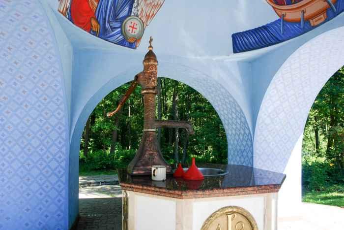 Wasserpumpe an der Quelle im Kloster Grabarka