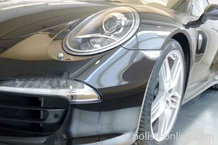 Porsche in einer Ausstellungshalle