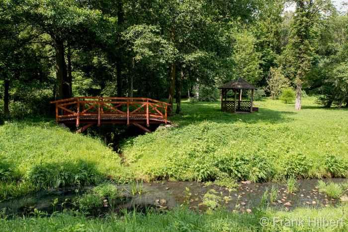Holzbrücke und Pavillon im Kurpark Bad Polzin