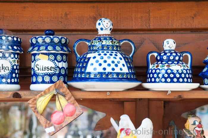 Bunzlauer Keramik im Regal eines Verkaufsstandes