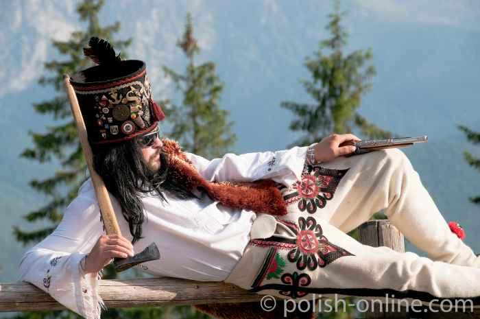 Junger Mann in der Tracht der Bergbewohner der Hohen Tatra