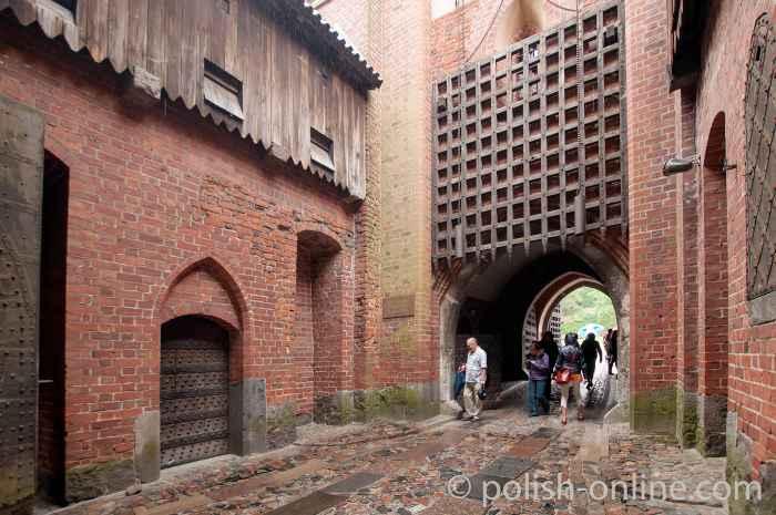 Einfahrtstor zum Mittelschloss Marienburg (Polen)