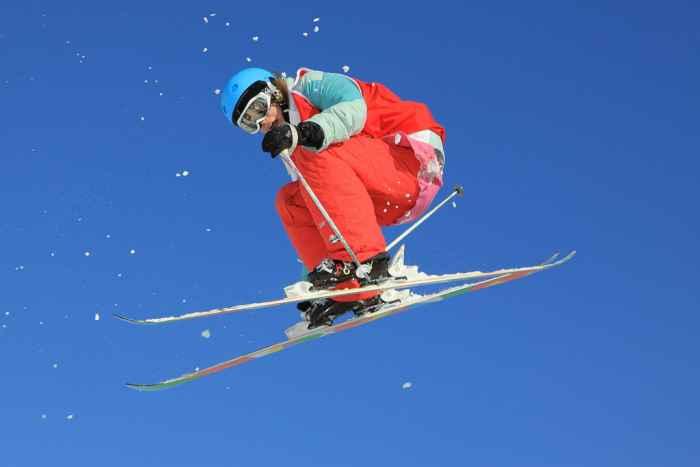 Skifahrer beim Abfahrtsski