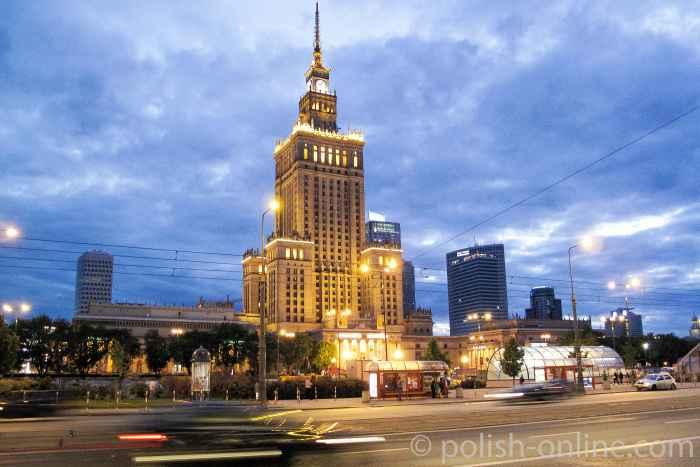 Warschauer Kulturpalast bei Nacht